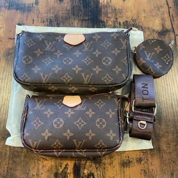 Crossbody pochette. Comes with strap and dust bag!